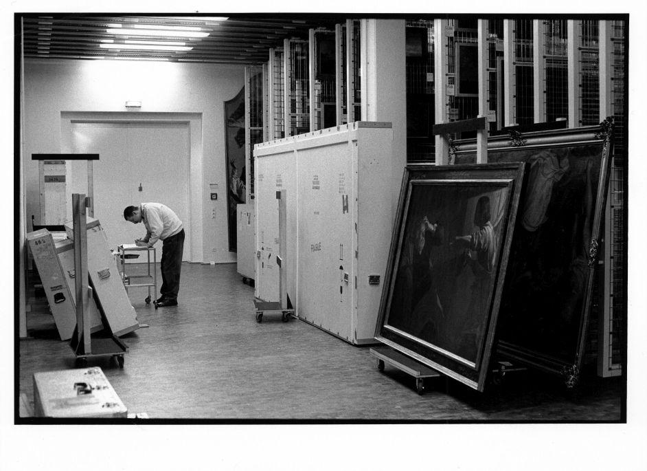 Umzug der Gemäldegalerie in den  Neubau am Kulturforum. Der Stellvertretende Direktor Herr Michaelis beim Auspacken im Depot, 1997 ©Staatliche Museen zu Berlin Foto: Erik-Jan Ouwerkerk
