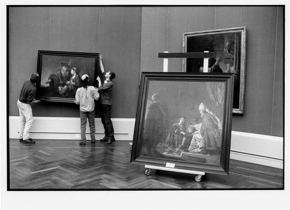 Hängung der ersten Gemälde im Rembrandt-Saal im Neubau der Gemäldegalerie am Kulturforum ©Staatliche Museen zu Berlin Foto: Erik-Jan Ouwerkerk
