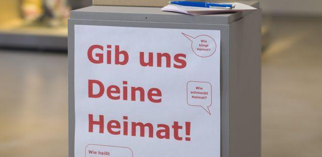 """1. """"Gib uns Deine Heimat!"""" forderte das MEK seine Besucherinnen und Besucher auf. © Staatliche Museen zu Berlin, Museum Europäischer Kulturen / Christian Krug"""