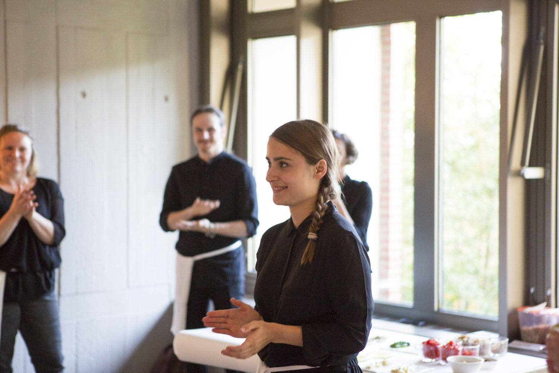 Designerin Giulia Soldati erklärt die Contatto Experience ©Staatliche Museen zu Berlin, Kunstgewerbemuseum/ Kai von Kotze