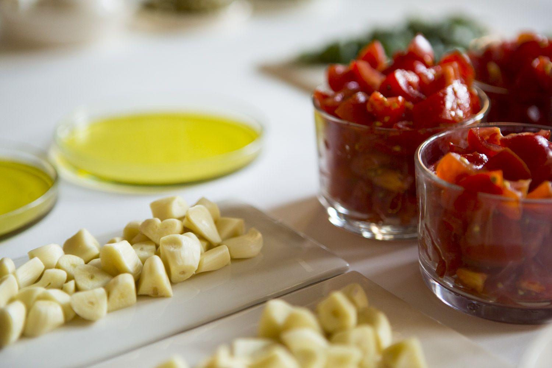 Ein paar der heutigen Zutaten: Knoblauch und Tomaten ©Staatliche Museen zu Berlin, Kunstgewerbemuseum/ Kai von Kotze