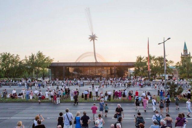 Tausende Menschen kamen um das Sky Art Event von Otto Piene auf dem Dach der Neuen Nationalgalerie zu sehen.  Foto: David von Becker