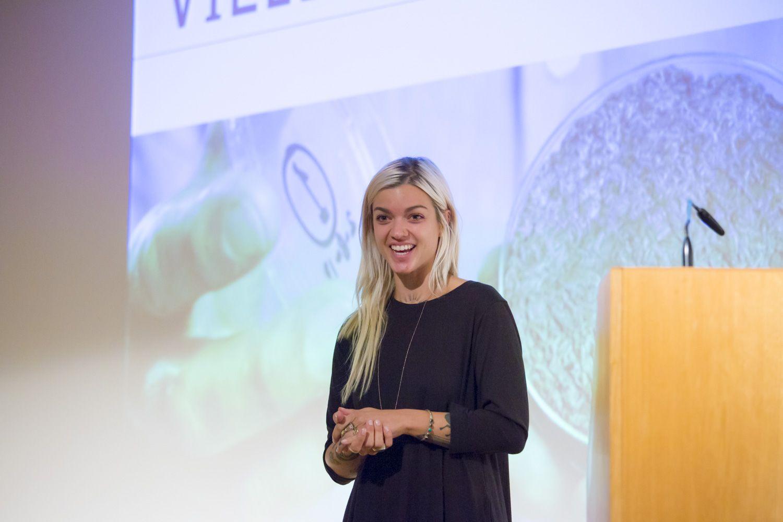 Andrea Staudacher erklärt, wie in vitro Fleisch produziert wird. © Staatliche Museen zu Berlin, Kunstgewerbemuseum