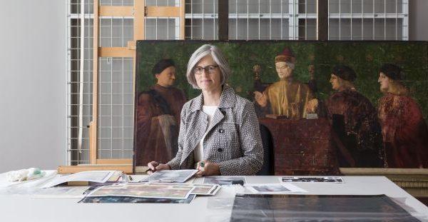Babette Hartwieg, Chefrestauratorin der Gemäldegalerie, in ihrer Werkstatt. © Staatliche Museen zu Berlin / David von Becker