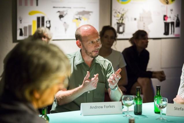 Der Londoner Designer Andrew Forkes stellt sein Projekt Insects au gratin vor, an dem er mit Susana Soares arbeitet. © Staatliche Museen zu Berlin, Kunstgewerbemuseum/Kai von Kotze
