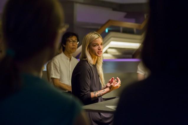 Andrea Staudacher nahm nach ihrer Performance zu Vor- und Nachteilen von In-vitro-Fleisch am Talk teil. Ihr Anliegen: Eine Veränderung unserer Ernährung, ohne auf Genuss zu verzichten. © Staatliche Museen zu Berlin, Kunstgewerbemuseum/Kai von Kotze