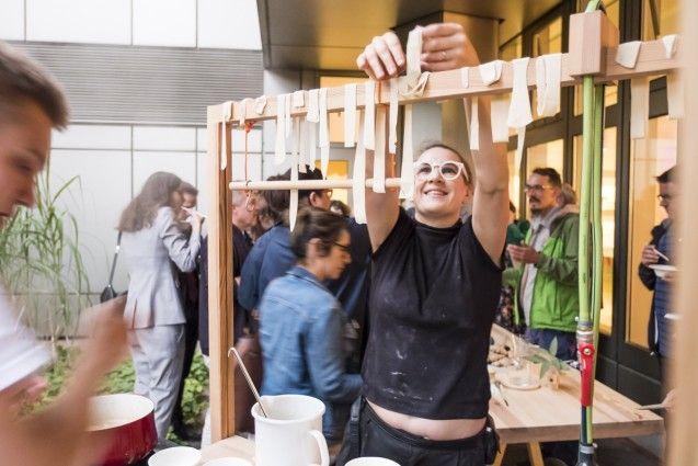 """Performance """"Mobile Gastfreundschaft"""" von chmara.rosinke zur Ausstellung """"Food Revolution 5.0"""" im Kunstgewerbemuseum © Kunstgewerbemuseum, Staatliche Museen zu Berlin/Foto: Kai von Kotze"""