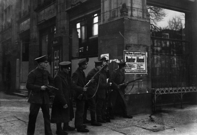 Otto und Georg Haeckel:  Soldaten mit Waffen Unter den Linden, Ecke Charlottenstraße, November 1918 © Staatliche Museen zu Berlin, Kunstbibliothek – Photothek Willy Römer / Gebrüder Haeckel