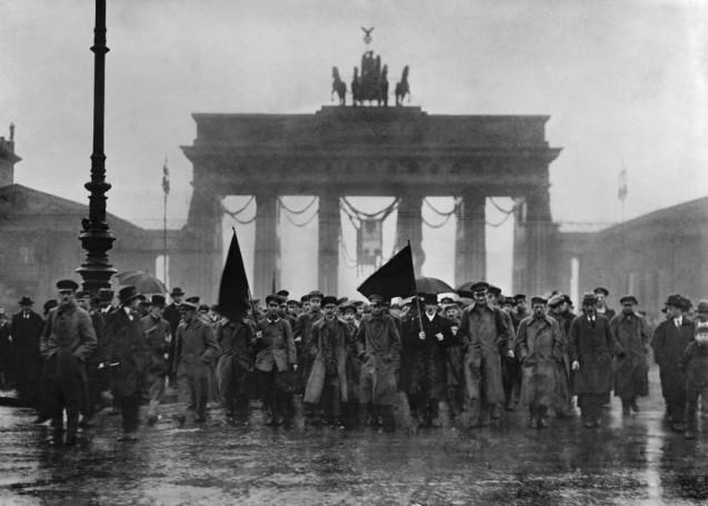 Revolutionäre Demonstration mit roter Flagge vor dem Brandenburger Tor am 8.12.1918 © Staatliche Museen zu Berlin, Kunstbibliothek, Photothek Willy Römer / Willy Römer