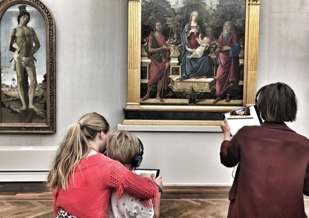 """Gemeinsam Kunst aus neuen Blickwinkeln erleben: Eine Augmented Reality-App ermöglicht es, kunsthistorische Inhalte oder auch verborgene Malschichten spielerisch kennenzulernen. Der Prototyp wurde zur """"Langen Nacht der Museen 2018"""" mit Besu-cher*innen getestet. © Staatliche Museen zu Berlin"""