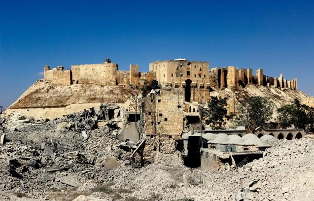 Eingang zur Zitadelle von Aleppo Im Zuge des Krieges wurden kunsthistorisch bedeutende Moscheen und ein spätosmanisches Hospital weitgehend zerstört. © Sultan Kitaz, 2014