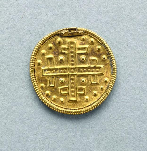 """Der Goldbrakteat lag im Mund der """"Britzer Prinzessin"""", als Fährgeld für die Überfahrt ins Totenreich gedacht.  © Staatliche Museen zu Berlin, Museum für Vor- und Frühgeschichte. Foto: Klaus Göken."""
