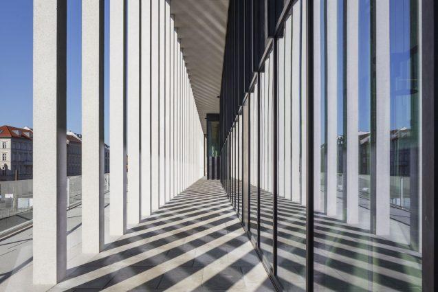 Blick auf den äußeren Säulengang der James-Simon-Galerie © Ute Zscharnt für / for David Chipperfield Architects
